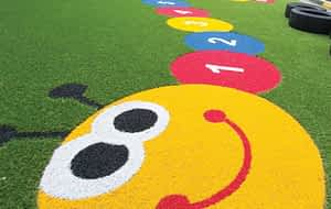 Grama sintética colorida Como utilizá-la em espaços infantis Erbus
