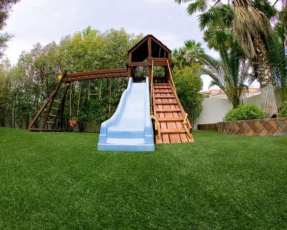 Qual a diferença da grama sintética para playground em relação a grama comum